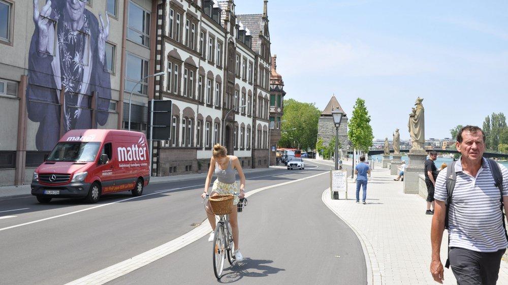Pour quitter la ville de Constance, on commence par longer de belles maison et le Rhin. Partout, des pistes cyclables.