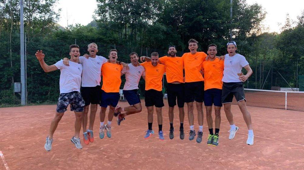 Les Neuchâtelois et leur capitaine Adrian Graimprey (deuxième depuis la gauche) ont été promus en Ligue B samedi, après avoir battu Trimbach.