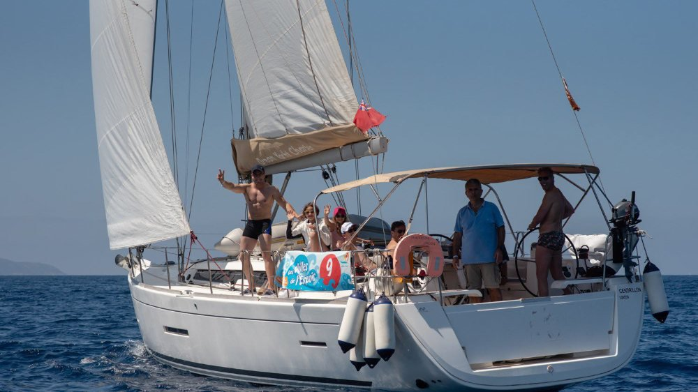 Le bateau numéro 9 et son équipage suisse, autour d'Emma (casquette rose) et d'Aurore