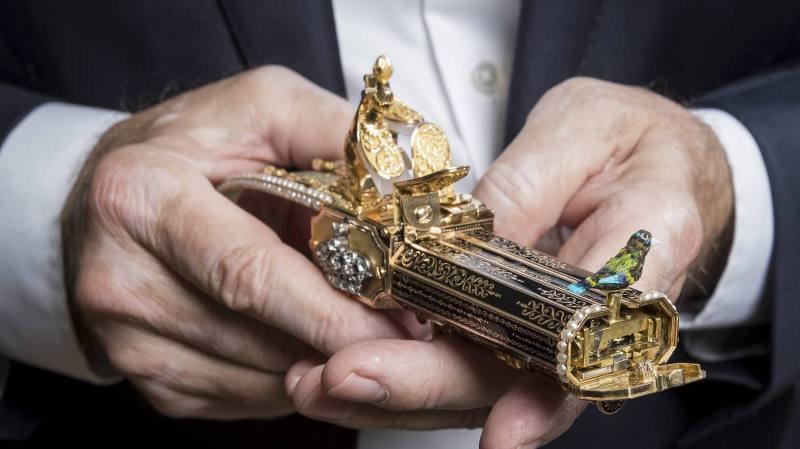 """Ici en démonstration d'un pistolet à l'oiseau chanteur, l'horloger et restaurateur d'art Michel Parmigiani n'a pas dit son dernier """"coucou""""."""