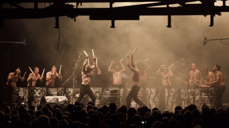 La nuit du 10e fut belle hier soir aux Anciens abattoirs de La Chaux-de-Fonds. Ici, les Tambours du Bronx. Photo Brigitte Ramseyer