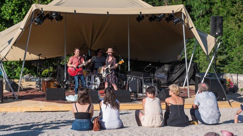 Simon Gerber & Sophie Noir trio ont joué sur la scène à l'ambiance cosy, dans la cour du château.