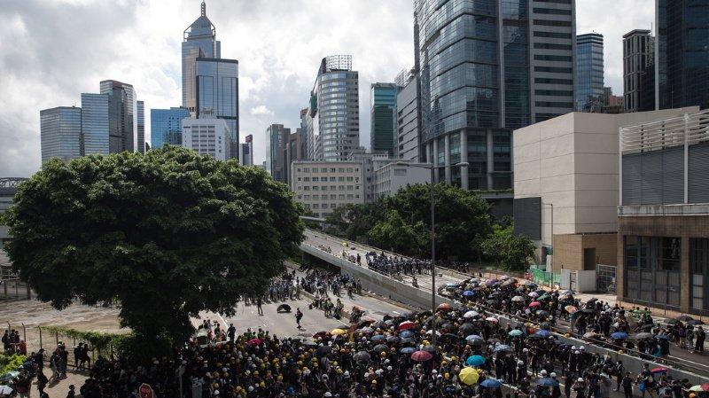 Hong Kong: des manifestants hostiles au gouvernement pro-Pékin occupent le Parlement