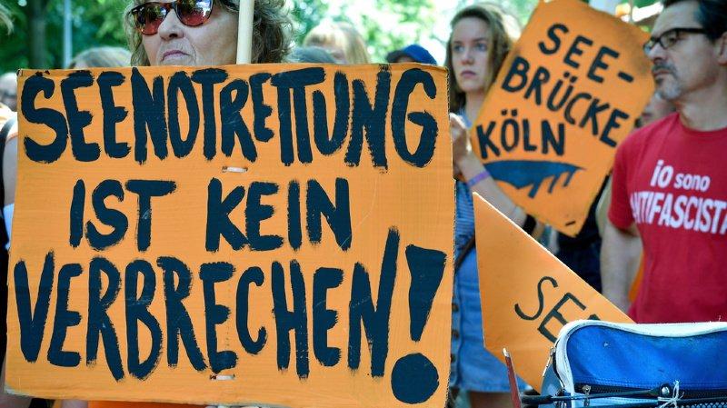 """""""Le sauvetage en mer n'est pas un crime"""" peut-on lire sur les pancartes des manifestants allemands."""