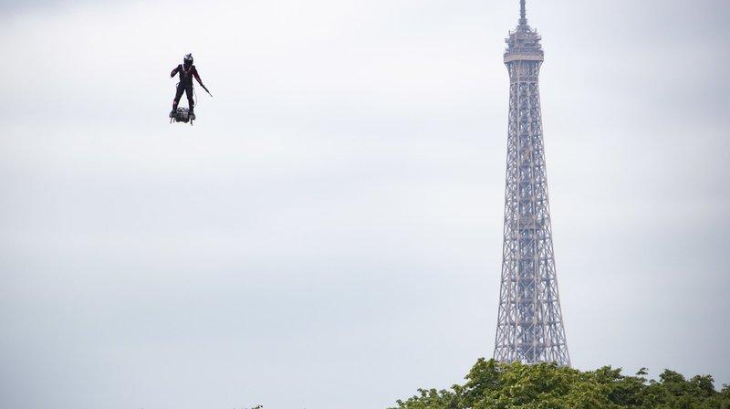 Un «hommevolant» au-dessus des Champs-Elysées pour le défilé du 14 juillet