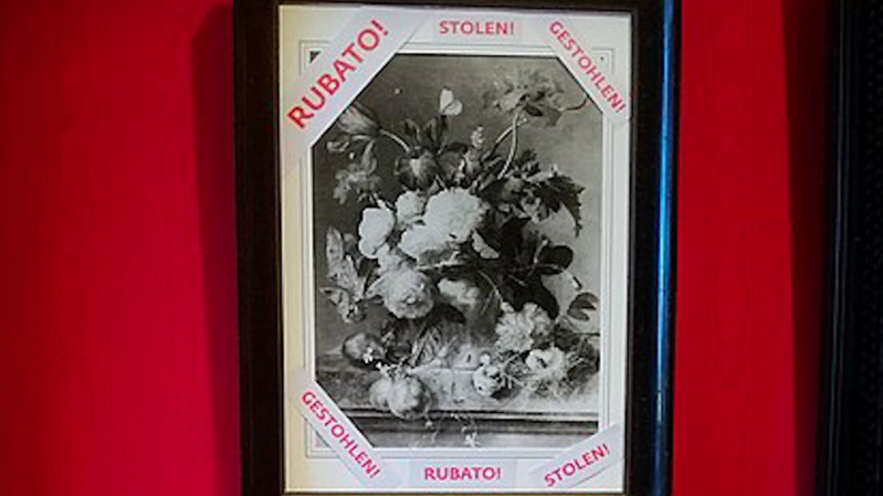 """L'Allemand Eike Schmidt, le directeur du Musée des Offices, auquel appartient le Palazzo Pitti, avait mis en lumière ce tableau en en affichant en janvier une copie en noir et blanc dans la galerie avec la mention """"volé"""" dessus."""