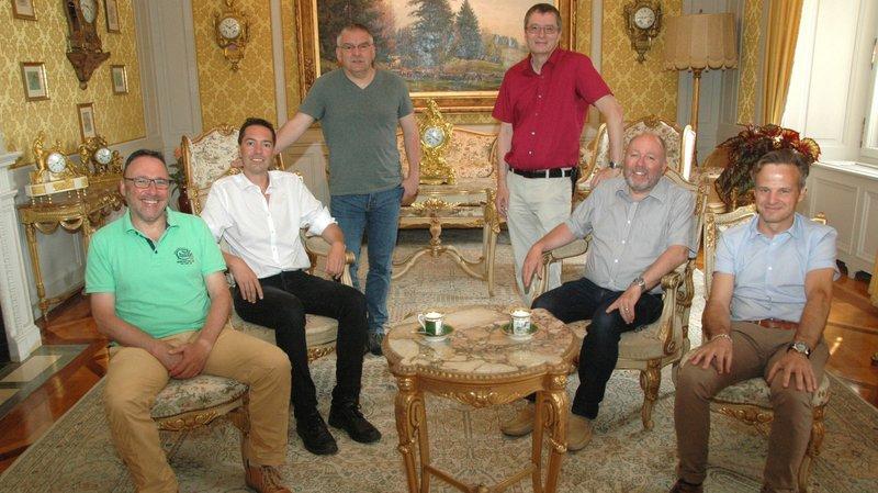 La photo officielle montre Miguel Perez, Cédric Dupraz, Denis de la Reussille, Jean-Paul Wettstein, Claude Dubois et le chancelier Patrick Martinelli au Château des Monts.
