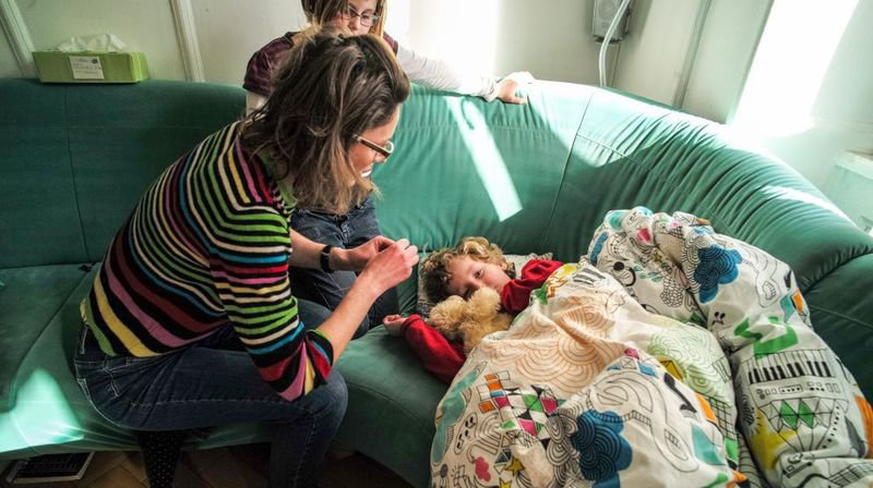 C'est la plupart du temps la mère qui reste à la maison lorsqu'un des enfants est malade.