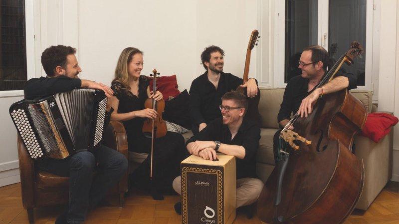 A l'origine de Primo Tempo, le guitariste vaudruzien Michel Faragalli, à la guitare (au centre assis), accompagné des musiciens, (de gauche à droite) Marc-Antoine-Strahm, Petra Onderufova, François Clavel et Pierre Kuthan.