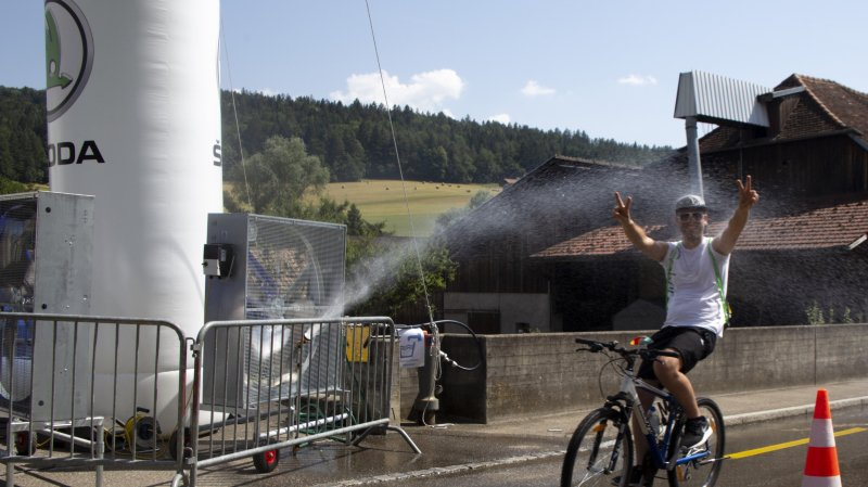 Des vaporisateurs et des douches artisanales ont permis de rafraîchir les participants.