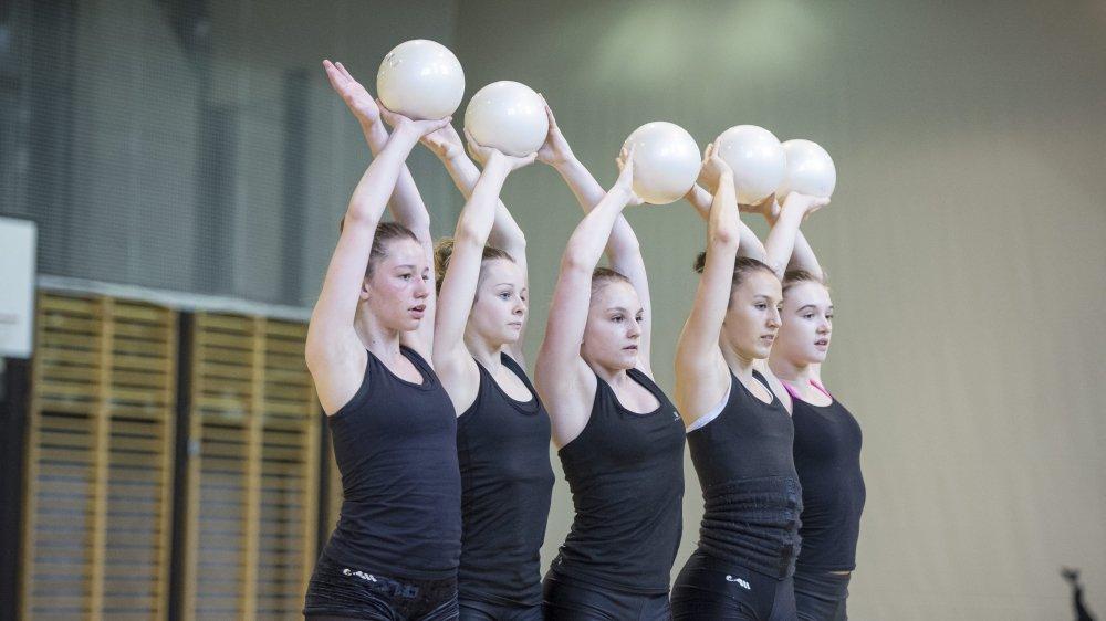 La gymnastique rythmique (ici avec des gymnastes de Neuchâtel) est l'un des rares sports presque entièrement féminin.