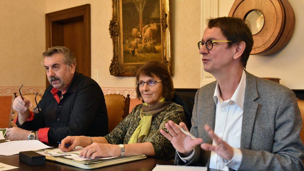 Les autorités des trois communes collaborent déjà étroitement, argumente Jean-Bernard Wieland, président de commune des Verrières. Ici à gauche, aux côtés de Cosette Pétremand (La Côte-aux-Fées) et de Christian Mermet (Val-de-Travers), durant un point-presse sur le dossier éolien, en 2015.