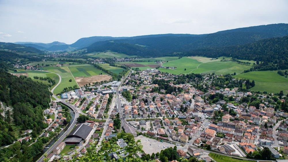Vue de Fleurier et du Val-de-Travers, qui célébrera les 10 ans de sa fusion le 24 août prochain.