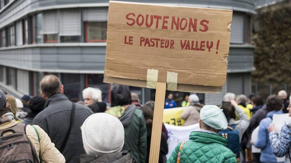 Soutien en faveur du pasteur Norbert Valley devant le siège de la Police neuchâteloise, le 11 avril dernier.