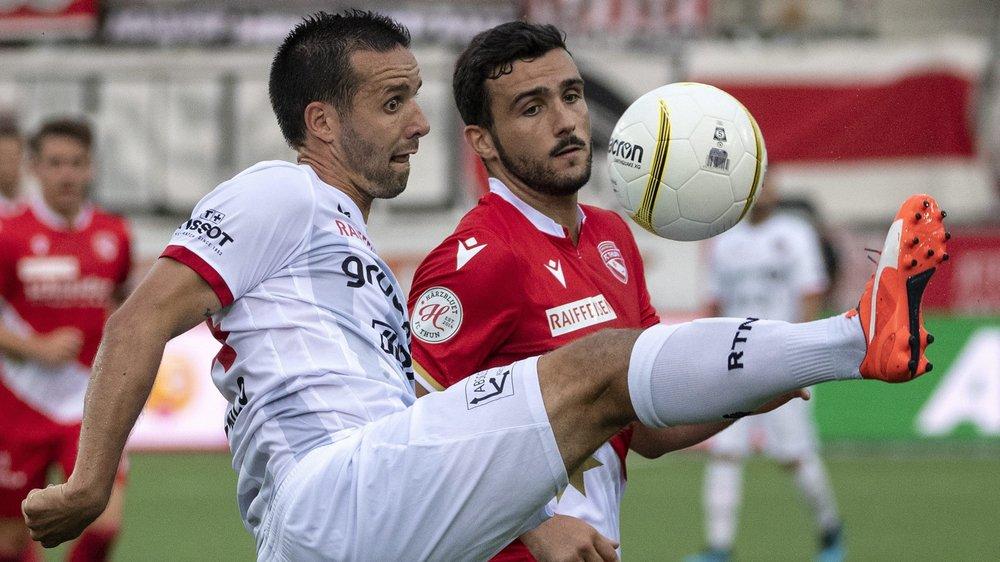Raphaël Nuzzolo  (à gauche à la lutte avec  Miguel Rodrigues) a commencé la saison par un doublé. (KEYSTONE/Peter Schneider)