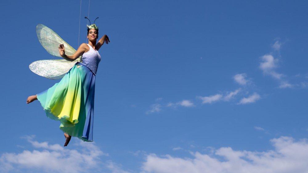 Le Neuchâteloise Emi Vauthey aligne les pirouettes et les acrobaties dans son costume de libellule, durant la Fête des vignerons, à Vevey.