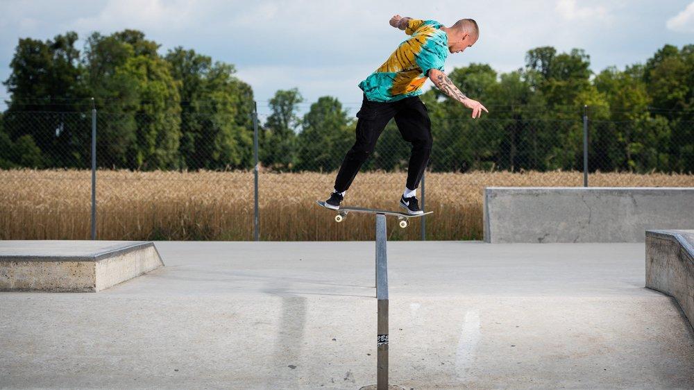 Kevin Stadelmann donne ses cours de skate à Colombier.