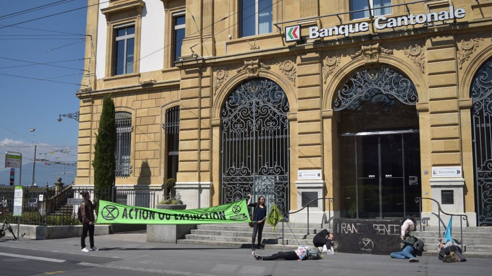 Le mouvement Extinction Rebellion a mené une action le 16 mai dernier à la Place Pury, à Neuchâtel: couchés devant la BCN, ses membres ont dénoncé les investissements bancaires nuisibles au climat.