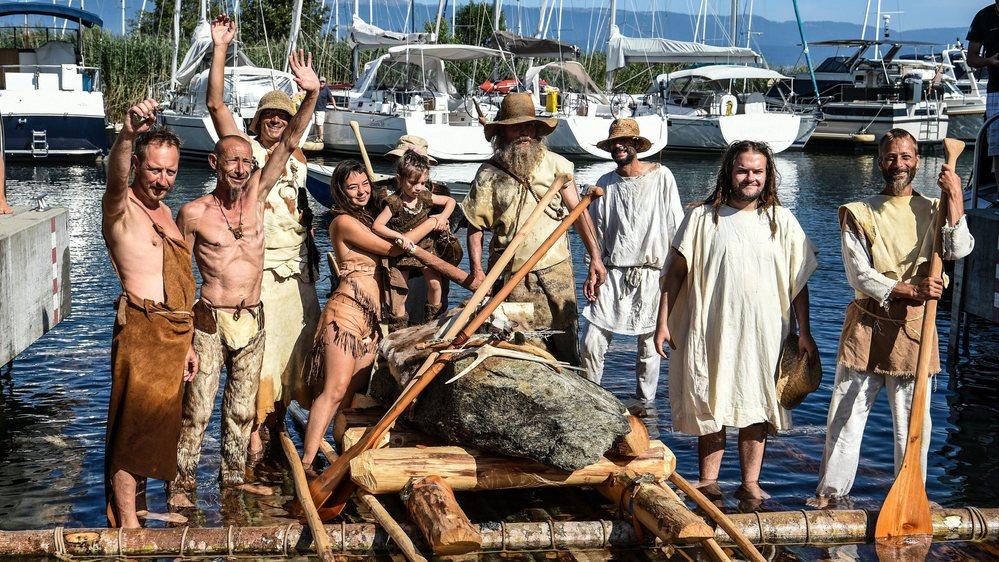 Les membres de l'association Pierre à feu ont mené le menhir parti du Laténium au Village lacustre avec succès.