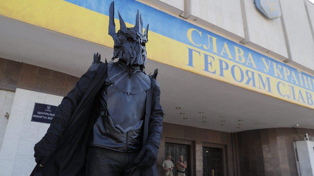 Un activiste, costumé en Sauron–le méchant de la saga «Le Seigneur des anneaux»–pour symboliser les machinations secrètes à l'œuvre avant les élection ukrainiennes, manifestait devant le Comité électoral central, à Kiev.