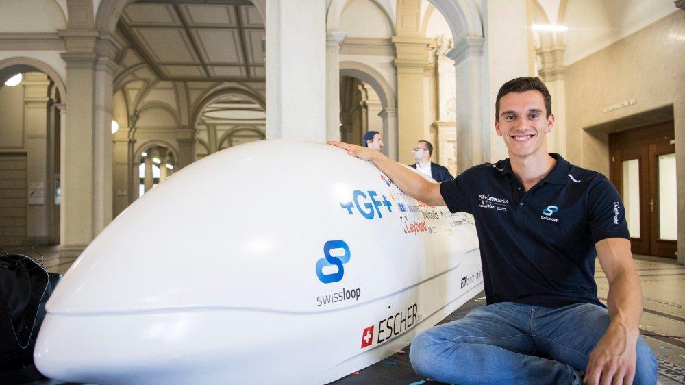 En 2017, Luca Di Tizio, pose  aux côtés du «pod» Swissloop pour la compétition de vitesse Hyperloop de l'EPFZ.