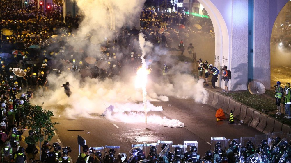Hier soir, les manifestants ont été dispersés devant le bureaude liaison chinois, représentant le gouvernement de Pékin.