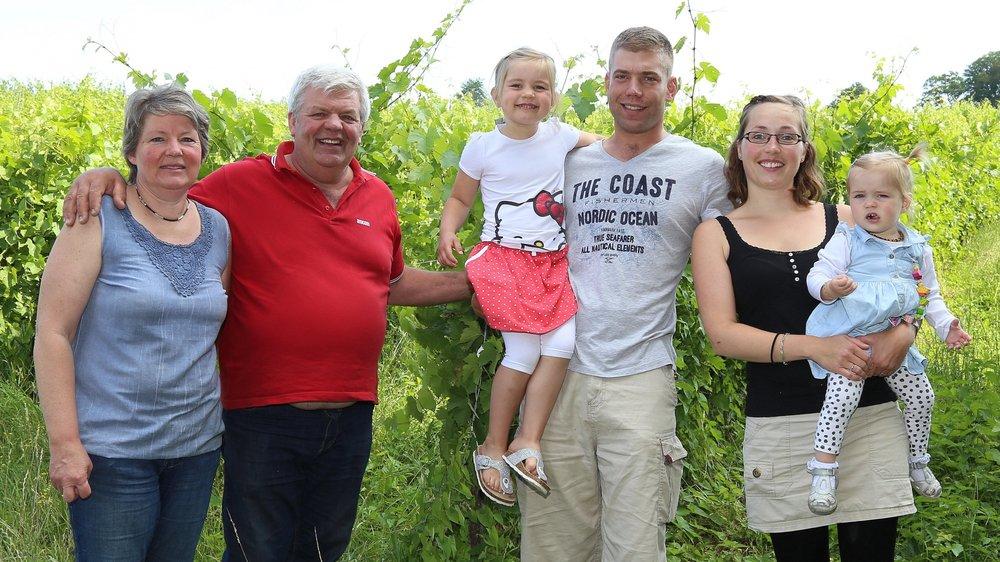 A Buix, le travail en famille est la clé du succès. Olivier Fleury, quatrième depuis la gauche, a succédé à son père Didier à la tête du domaine.
