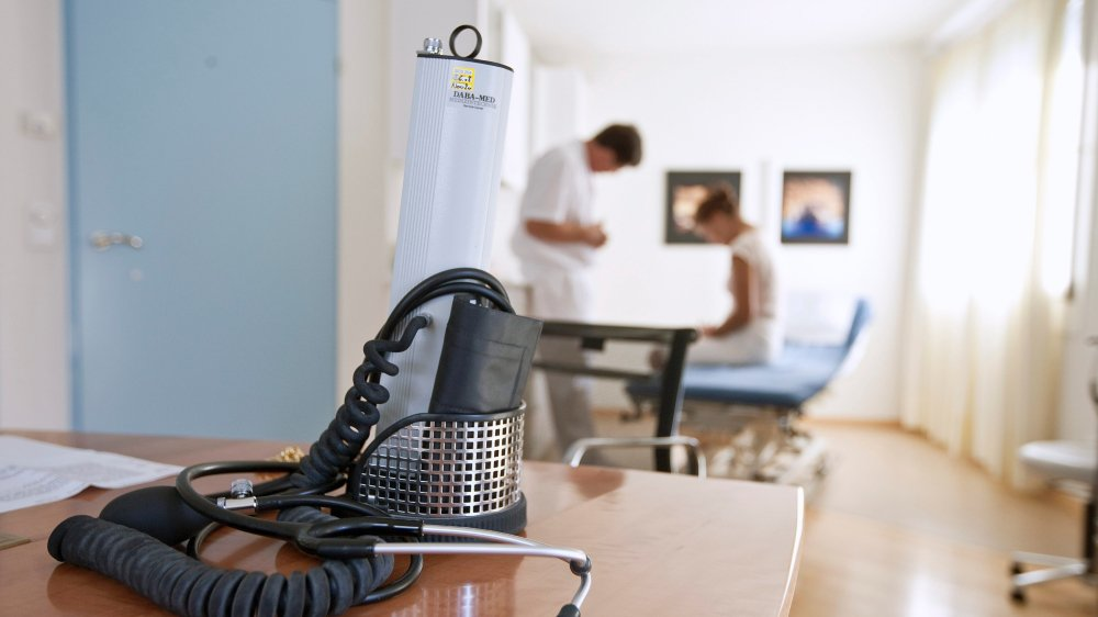 Pour les assurés de Swica, la visite chez le médecin peut, dans certains cas, être remplacée par la télémédecine pour obtenir une ordonnance.