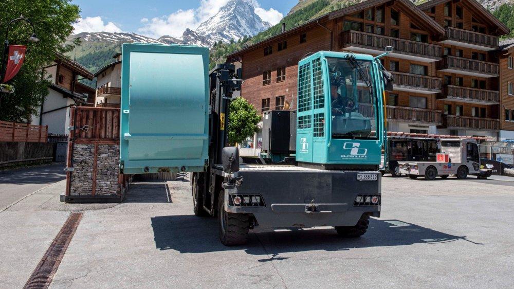 Le véhicule électrique de System-Alpenluft fonctionne en synergie avec des containers-presse.