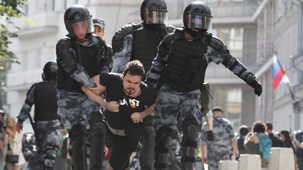 Dans leur immense majorité âgés de moins de 35 ans, les manifestants ont commencé à s'échauffer au fur et à mesure que les forces de l'ordre les repoussaient plus loin de la mairie de Moscou.
