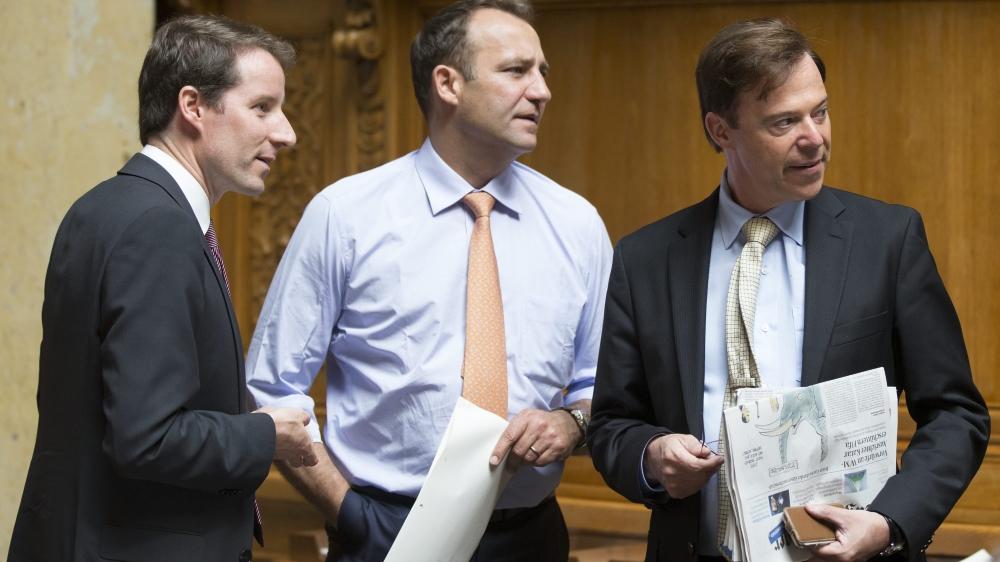 Les UDC Thomas Aeschi (à gauche) et Thomas Matter (au centre) – ici accompagnés de leur collègue de parti Christoph Mörgeli –, ont menacé de ne pas réélire le juge fédéral Yves Donzallaz qui, même s'il provient du même bord, s'est prononcé en faveur de la transmission, à la France, de 45000 noms de clients d'UBS.