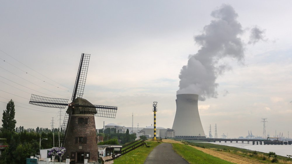 Quatre des sept réacteurs nucléaires belges sont situés dans le village flamand, devenu fantôme, de Doel, au bord de l'Escaut.