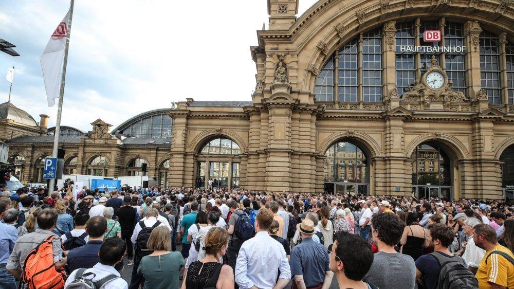 Une minute de silence a été observée, hier, devant la gare de Francfort.