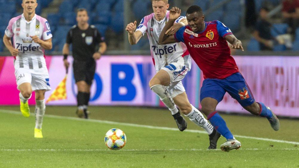 L'ancien Xamaxien Afimico Pululu se démène face à Philipp Wiesinger, mais le LASK Linz a eu le dernier mot.