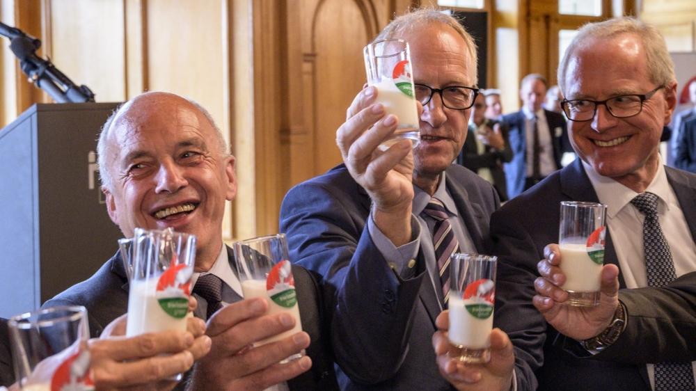 Au Palais fédéral, on trinque à la santé de l'économie laitière, en présence, notamment, du président de la Confédération, Ueli Maurer (à gauche).