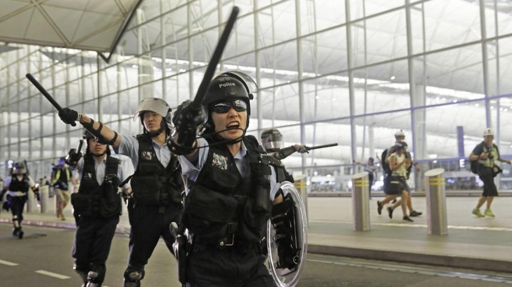 A l'aéroport de Hong Kong, les forces de l'ordre se font menaçantes...