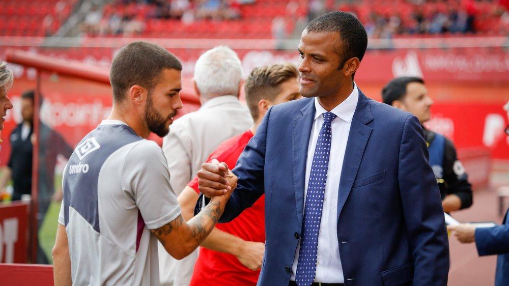 Maheta Molango (à droite) salue et félicite Dani Rodriguez, joueur de Majorque et artisan du retour en Liga.