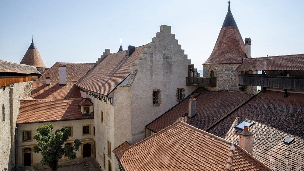 Vue de la cour intérieure et des logis, depuis le chemin de ronde du château de Grandson.