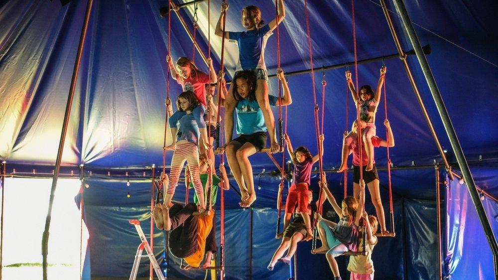 Plusieurs activités circassiennes sont proposées aux enfants, dont le trapèze.