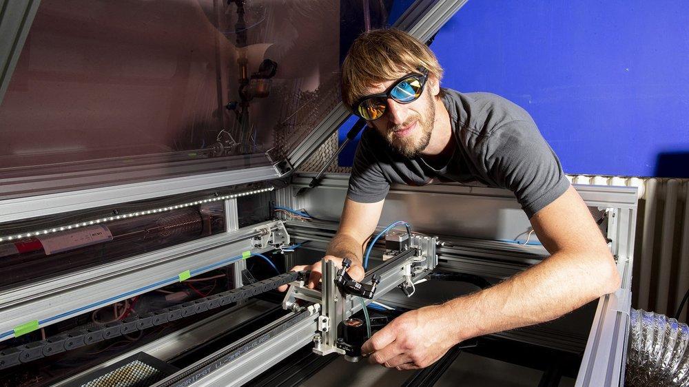David Wyssmann et sa découpeuse laser.