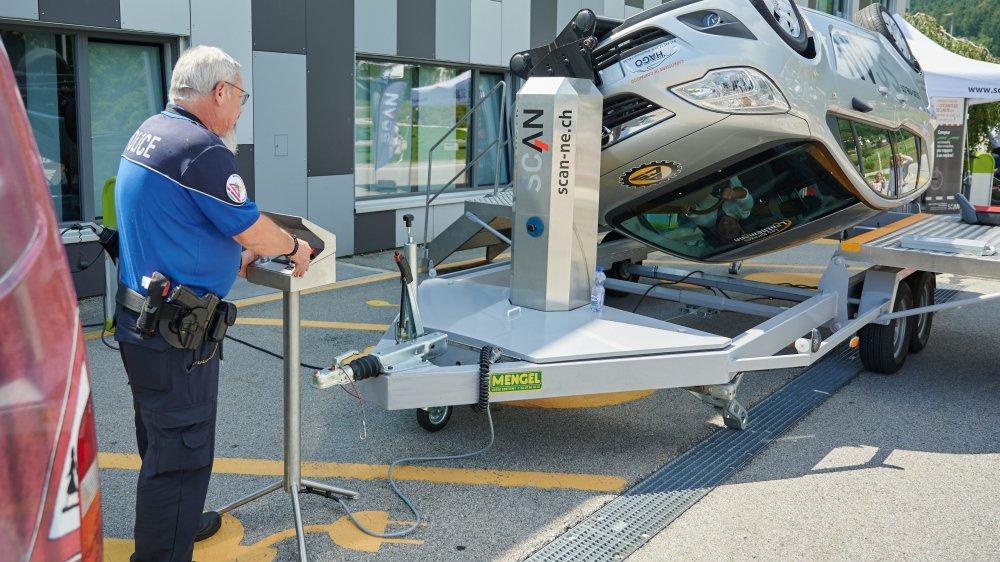 Le simulateur de tonneaux fait vivre un accident de voiture en toute sécurité et démontre avant tout l'efficacité de la ceinture de sécurité.