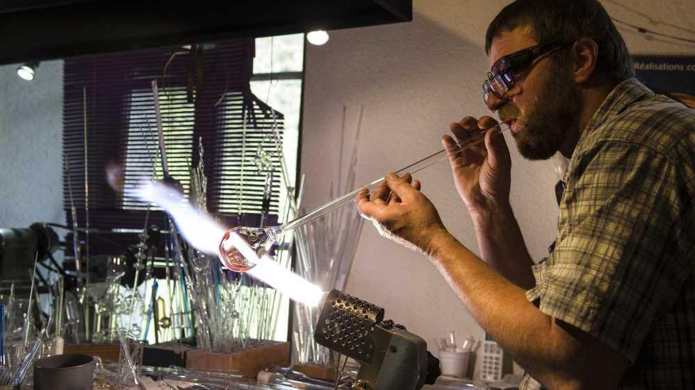 Christophe Huguenin, l'artisan souffleur de verre de Trient qui a fait de sa passion sa profession.