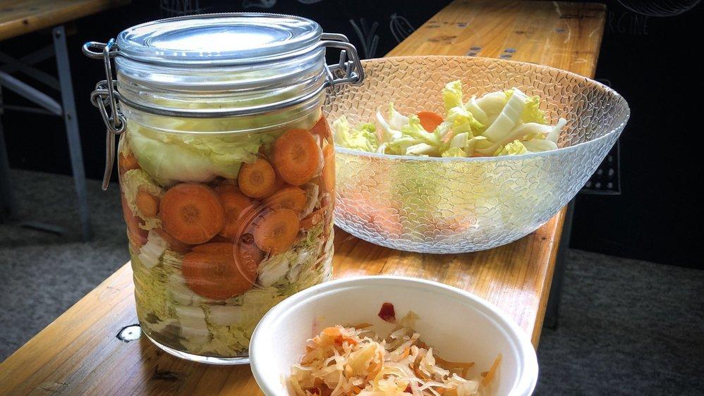 Après trois semaines de lacto-fermentation dans un bocal, les légumes sont prêts à être dégustés.
