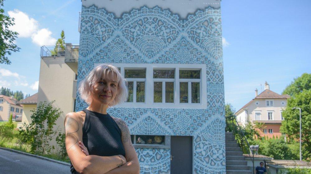La dentelle murale de NeSpoon a embelli la maison de la costumière locloise Janick Nardin.