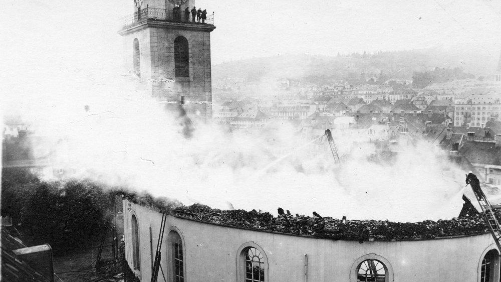 Le 16 juillet 1919, le Grand Temple de La Chaux-de-Fonds part en fumée. Détruits, la charpente et le toit s'effondrent dans le bâtiment.
