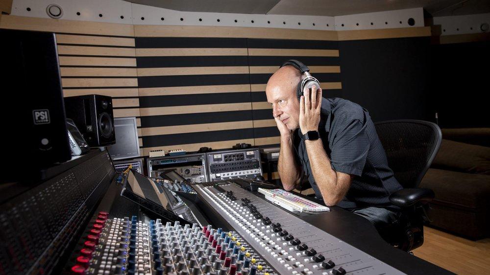 Pascal Brunko dans son studio de Saint-Blaise, ses oreilles à l'affût du moindre son qui ne fait pas corps avec l'ensemble.