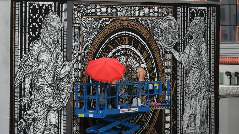Rappelant les gravures et enluminures anciennes, la fresque de 120 m2 fascine les passants venant de la gare du Locle.