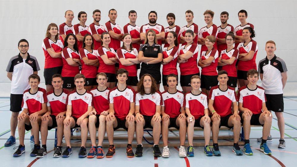 Les équipes de Suisse posent ensemble.