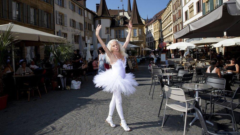 Tzvetana Messerli en train de danser sur la place des Halles, le 23 juillet dernier à Neuchâtel.