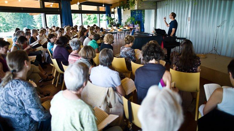 La semaine chorale du Louverain répète son concert assidûment..